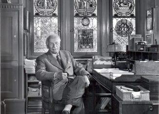 Carl Jung en su biblioteca